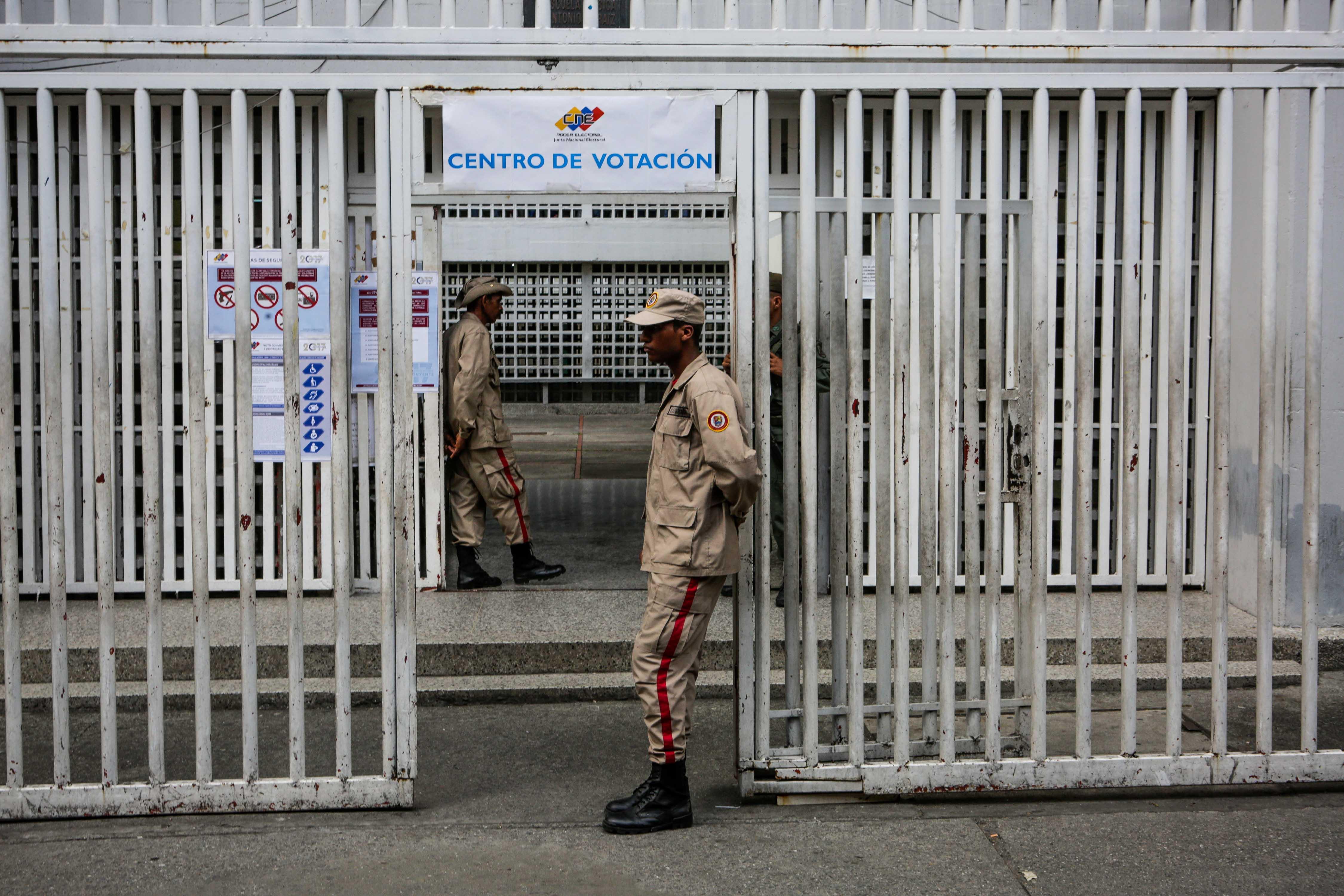 La Guardia Nacional Bolivariana custodia un centro de votación desierto(EFE)