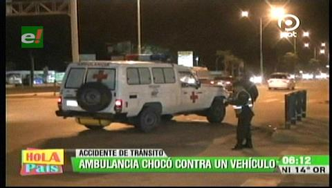 Ambulancia que trasladaba a una mujer embarazada chocó contra un vehículo