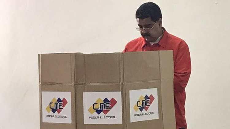 El presidente venezolano, Nicolás Maduro, votando durante la elección del último domingo (@DrodriguezVen)