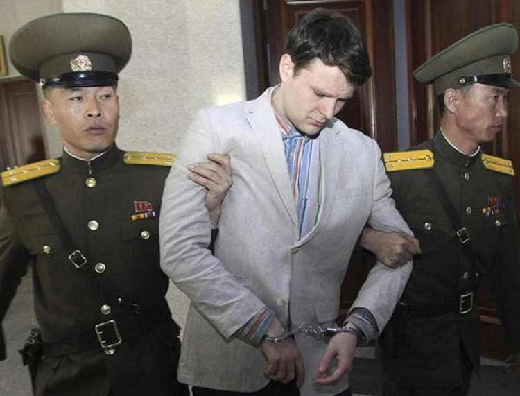 Otto Warmbier, al ser trasladado por los oficiales norcoreanos