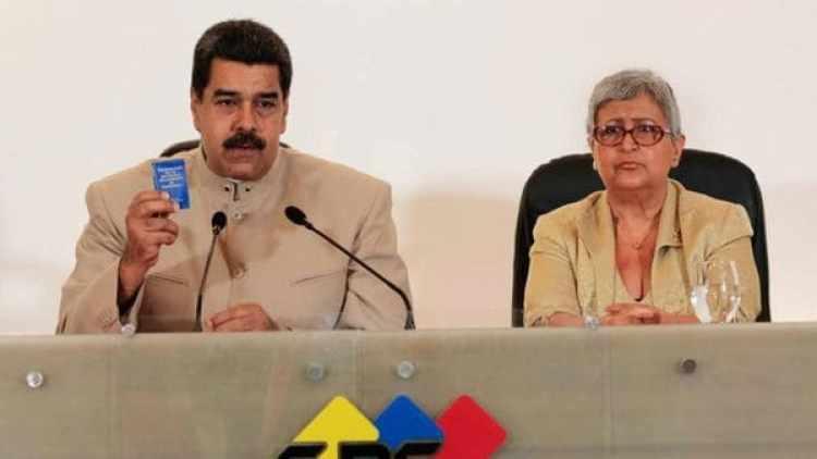 Nicolás Maduro, junto a la presidenta del CNE, Tibisay Lucena