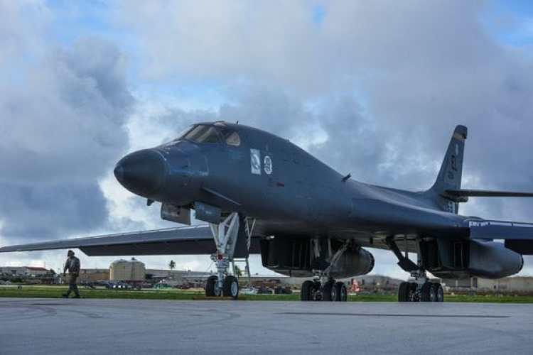 Uno de los B-1 antes de despegar de la base de Guam para la misión de 10 horas(U.S. Air Force/Tech. Sgt. Richard P. Ebensberger/Handout via REUTERS)