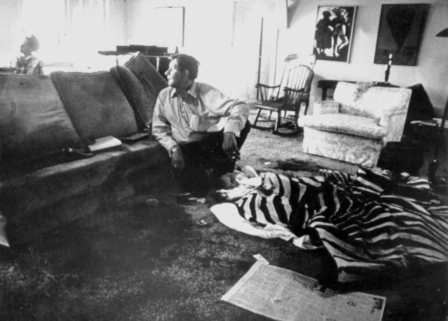 Peter Hurkos, pintor holandés y autoproclamado vidente, en el salón donde asesinaron a Sharon Tate y a Jay Sebring.