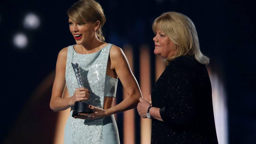 Taylor y su madre Andrea Swift, en los Academy of Country Music Awards.