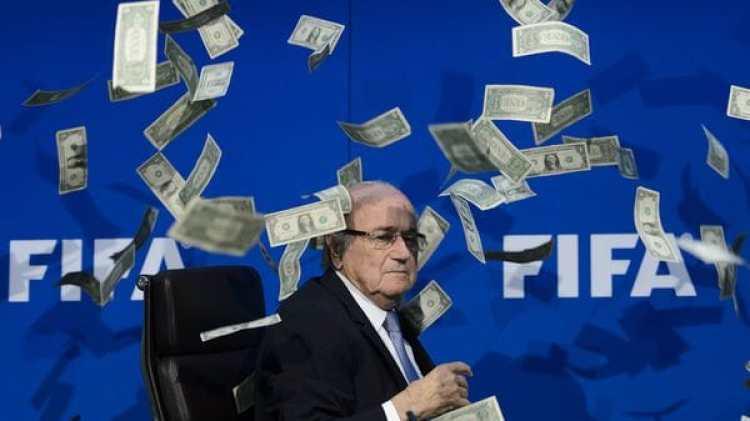 Blatter, ex presidente de la FIFA, y una foto histórica (AFP)