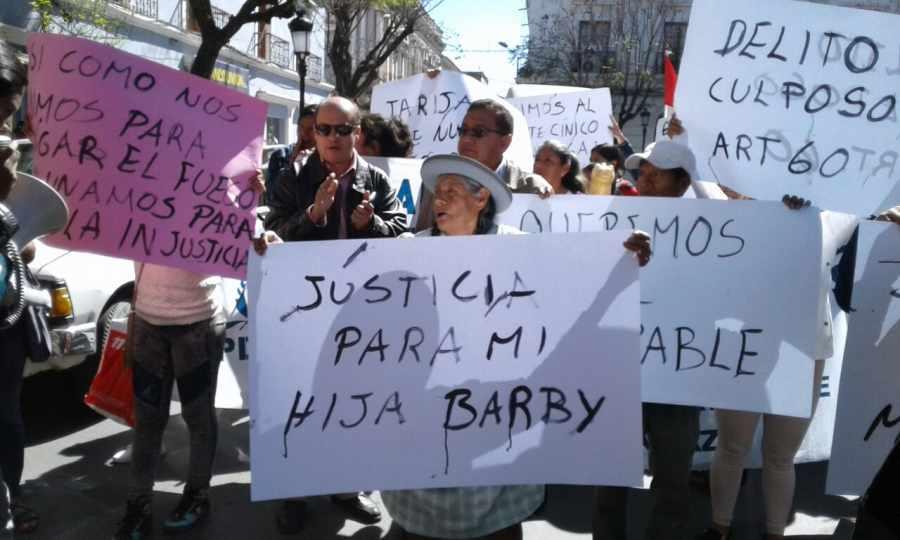 Familiares y amigos de Barby Urzagaste marcharon hoy exigiendo justicia