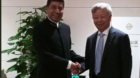 El canciller Fernando Huanacuni y el representante del Banco Asiático. Foto:Cancillería