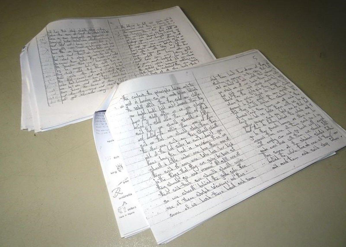 Páginas de un diario que escribieron las chicas de la escuela Chibok mientras estuvieron secuestradas por el grupo islamista Boko Haram en el norte de Nigeria son mostradas en esta foto tomada el 16 de agosto de 2017. THOMSON REUTERS FOUNDATION/Adaobi Tricia Nwaubani