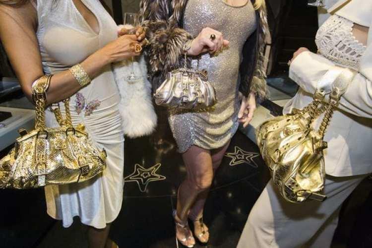 Apertura privada de una tienda deVersace en Beverly Hills, con champagne y bolsos de la marca, 2007.(Lauren Greenfield / Phaidon / ICP)