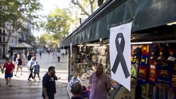 Un lazo negro cuelga de uno de los kioskos de las Ramblas de Barcelona tras el atentado del jueves