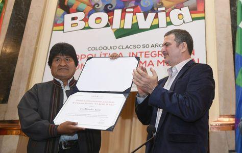 El presidente Evo Morales recibe de Pablo Gentilli la distinción de Clacso.