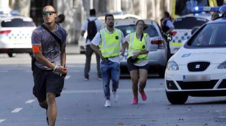 Efectivos policiales corren hacia el lugar del atentado (EFE)