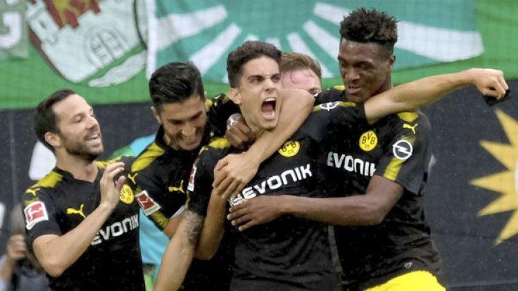 Marc Bartra, abrazado por sus compañeros del Borussia Dortmund tras anotar un golazo (AP)
