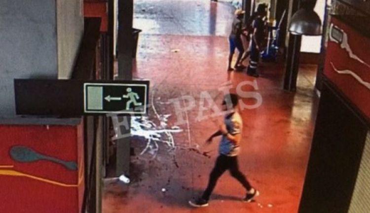 Las imágenescaptadas por las cámaras de seguridad muestran a Abouyaaqoub caminando con tranquilidadtras el atentado (Reuters)