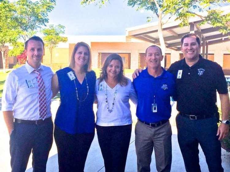 Segunda desde la izquierda, Melissa Weber con otras autoridades del Beaumont High School. Fue la superior encargada de llamar la atención a Remy por su vestimenta (BHS)