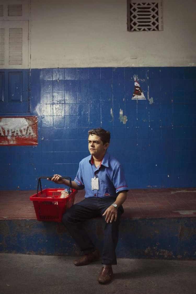 Clecio Ribeiro, de 35 años, trabaja en el supermercado Prado Vasconcelos. En su tiempo libre, le gusta tocar música con su hermano.