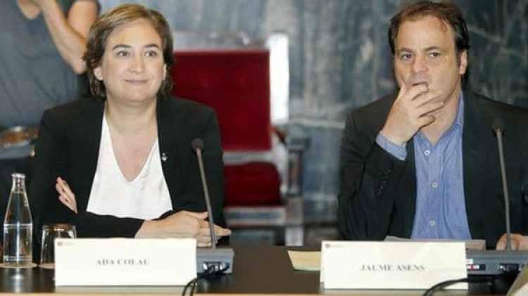 La alcaldesa Ada Colau, junto al polémico abogado Jaume Asens