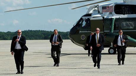 Agentes del Servicio Secreto de EE.UU. llegan en un helicóptero siguiendo al presidente Donald Trump en la Base Andrews a las afueras de Washington, antes de su viaje a Bedminiser, Nueva Jersey para el fin de semana, el 9 de junio de 2017.