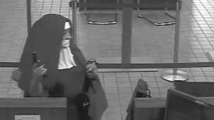 Una mujer se acercó al mostrador mientras que la otra se quedó junto a la puerta, quien llevaba una pistola en la mano le pidió dinero al cajero, pero no pudieronescapar con las manos llenas(Fox 29 Philadelphia)