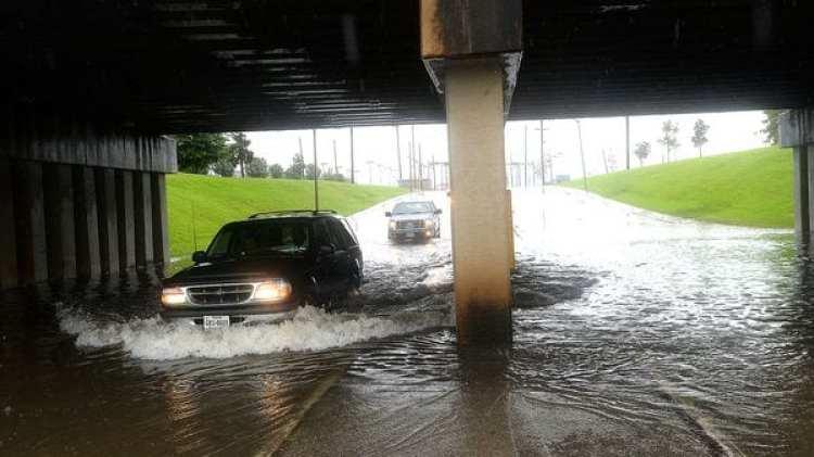 Así transitaban los coches a través de aguas altas en Beaumont, Texas (AP)