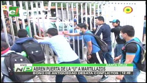 Conflicto: Universitarios abren las puertas de la Uagrm a martillazos