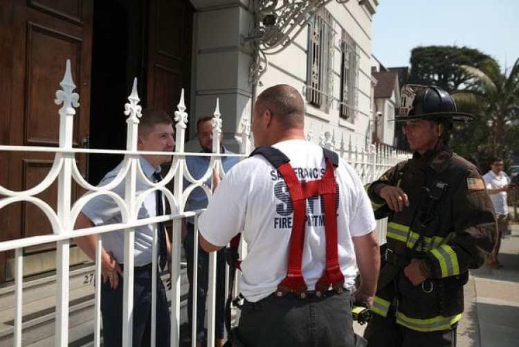 Los bomberos de San Francsico hablan condependientes del consulado tras la alarma de incendio. (Justin Sullivan/Getty Images/AFP)