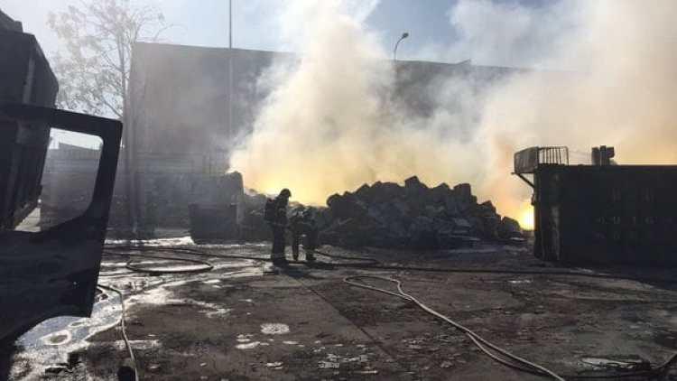 Los bomberos de la Comunidad de Madrid controlan el incendio en un polígono industrial en Fuenlabrada, al sur de Madrid