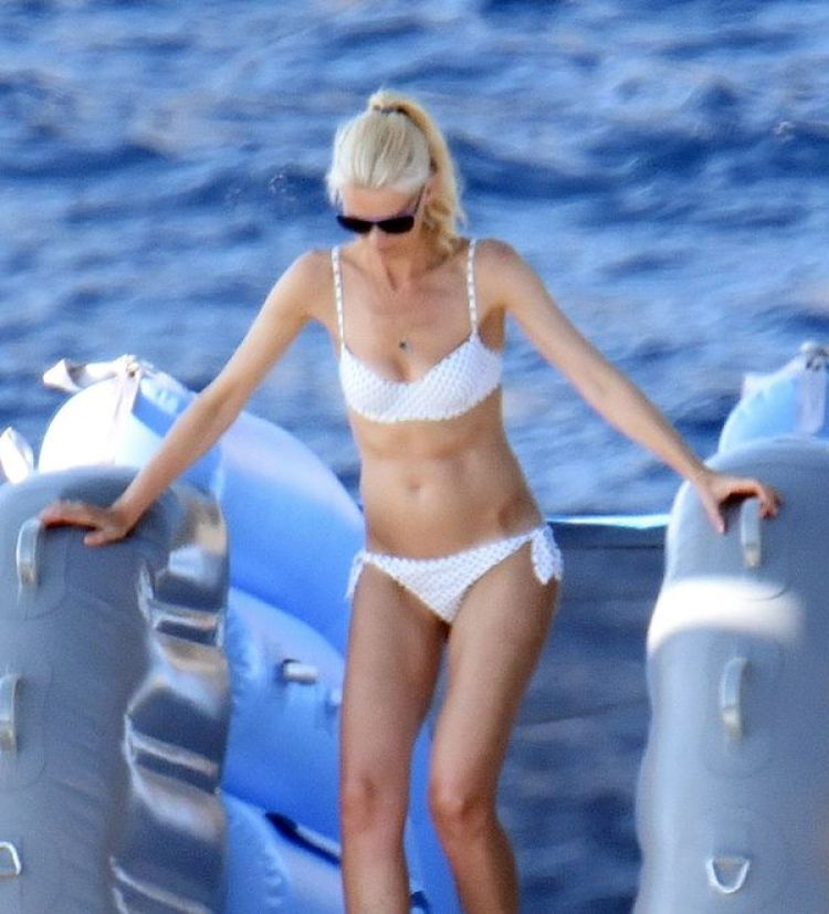 Claudia Schiffer se desplaza en un yate con su hija y su pareja Husband Matthew Vaughn (The Grosby Group)