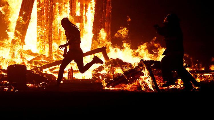 Miles de personas ven a un hombre lanzarse a las llamas en el 'Burning Man Festival'