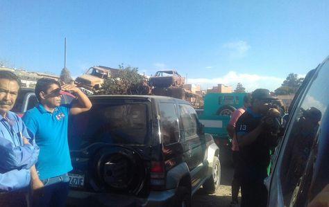 El viceministro Carlos Aparicio (de polera celeste) en instalaciones de la Policía, en Sucre, cuando se realizaba el control del vehículo con el que atropelló a una niña de tres años. Foto: Yuvert Donoso