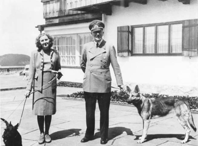 Adolf Hitler y Eva Braun con sus perros en el Berghof. (CC / Archivo Federal Alemán)