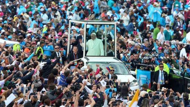 Francisco llegó al Parque Simón Bolívar en el papamóvil ante cientos de miles de fieles (Reuters)