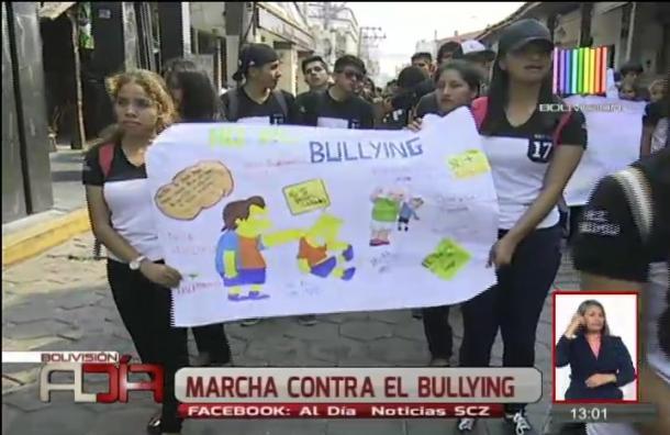 Estudiantes marcharon rechazando el bullying