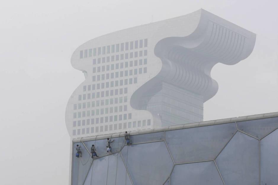 Vista del Hotel Pangu Plaza tras el Centro Nacional Acuático en Pekín, en julio de 2008