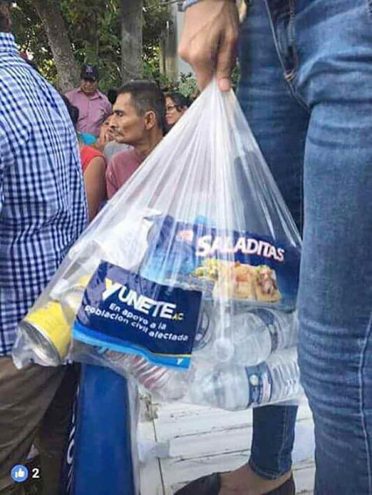 En Veracruz la ayuda se entregó también con logotipos parecidos a los de las campañas políticas. (Foto: Facebook)