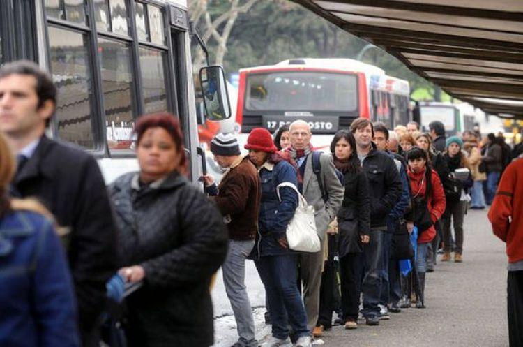En la espera para tomar un autobús, Argentina.