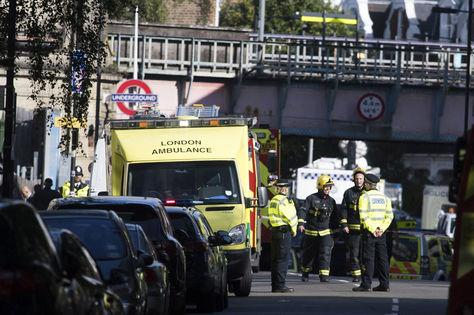 Miembros de los servicios de emergencia acordonan la zona de la estación de metro Parsons Green en Londres. Foto: EFE
