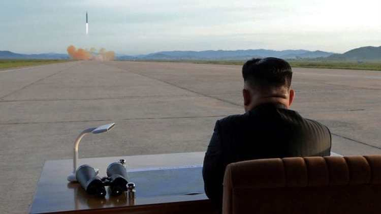 Kim Jong-un observa el lanzamiento de un misil balístico, el último ensayo militar del régimen (Reuters)