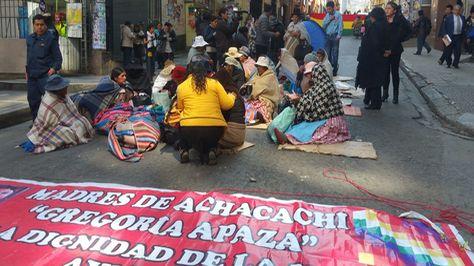 Mujeres de Achacachi reactivaron vigilia frente a los tribunales