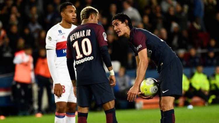 Neymar y Cavani se cruzaron por quién debía patear un tiro libre y un penal (AFP)