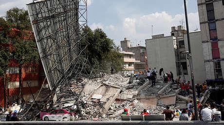 Desescombrado de un edificio dañado tras el sismo, 19 de septiembre de 2017.