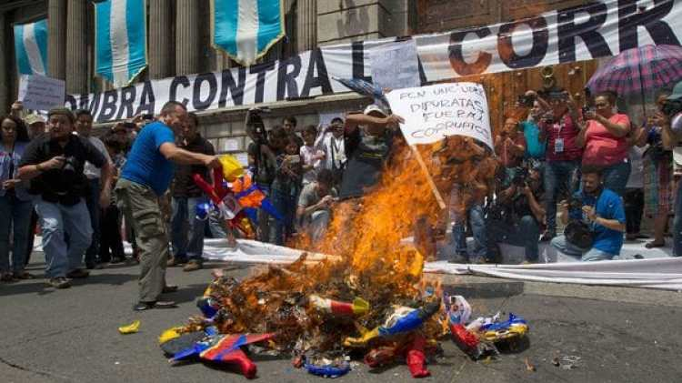 Miles de personas se manifestaron en la capital del país contra la corrupción (AP)