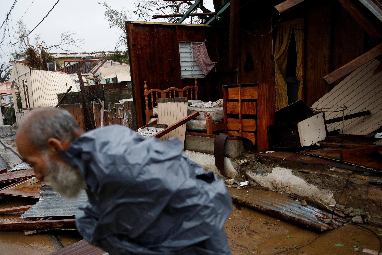 Un hombre camina por una casa destruida. (REUTERS/Carlos Garcia Rawlins)