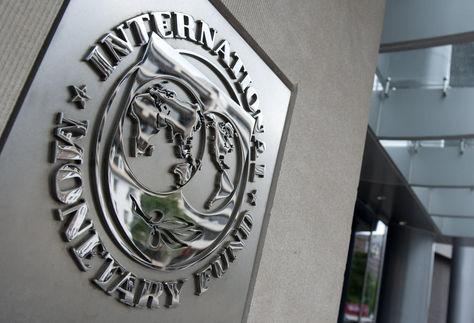 La insignia del FMI en su sede, en Washington, Estados Unidos.