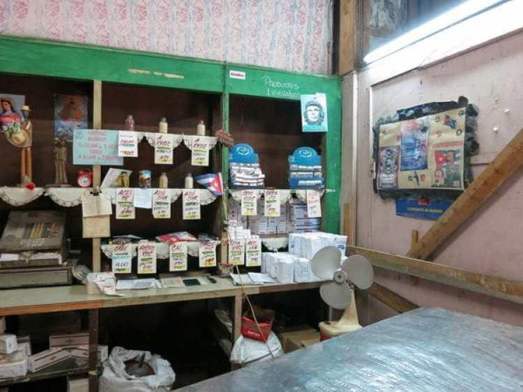 En las tiendas de racionamiento los cubanos pueden comprar ciertos productos de primera necesidad a precios subsidiados (Marcel601)
