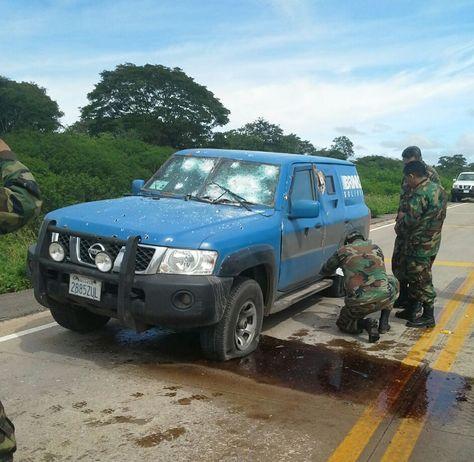 Militares revisan el vehículo de Brinks asaltado en la carretera hacia la cruceña Roboré.