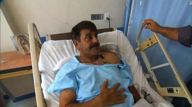 Martín Méndez recuperándose de las heridas en una sala de un hospital en Ciudad de México. (CNN)
