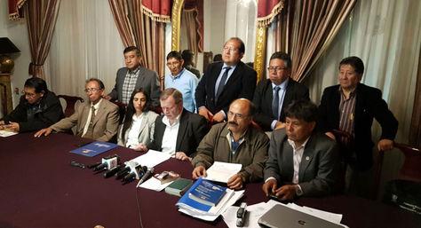 Los presidentes de Diputados y del Senado, Gabriela Montaño y José Alberto Gonzales, con representantes de los médicos en el momento del anuncio del acuerdo.