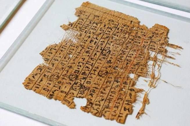 Uno de los restos de los papiros hallados. (Channel 4)