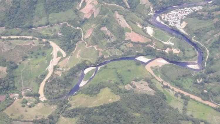 Toma aérea de la contaminación de las aguas del río tras el atentado terrorista del ELN (Ecopetrol)
